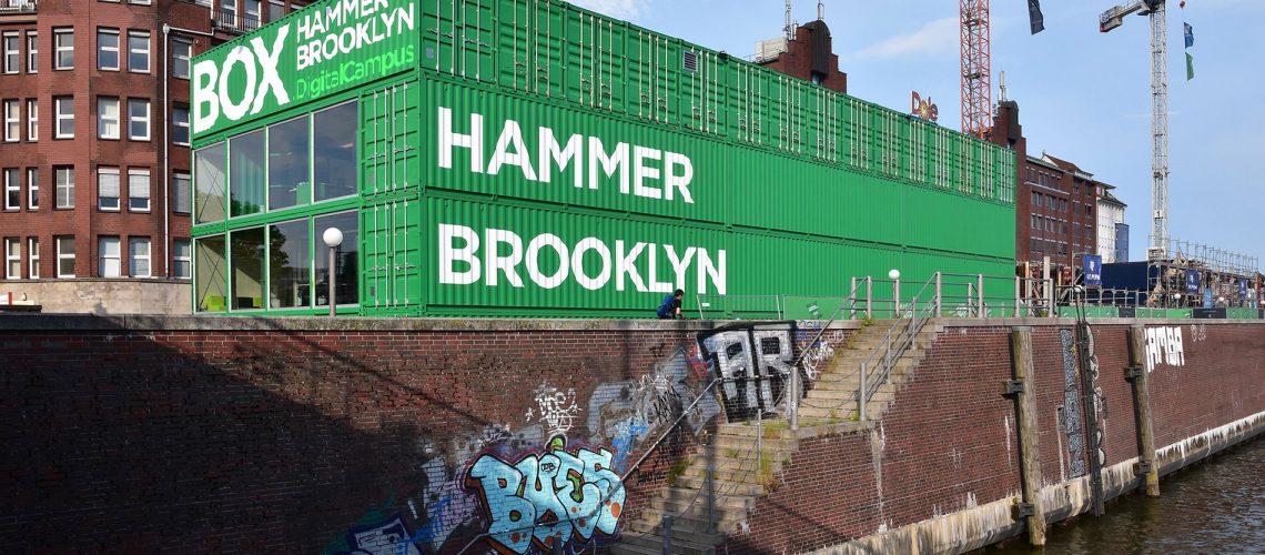 Bereits im Betrieb ist die Hammerbrooklyn.Box, die Ein- und Ausblick bietet auf die künftige Arbeit des Digital Campus. Foto: Feldhaus