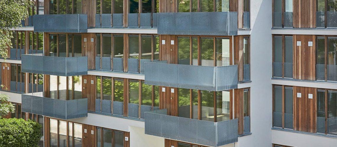 Großzügige Verglasung und eine Lärchenholzverkleidung für die Fassaden.