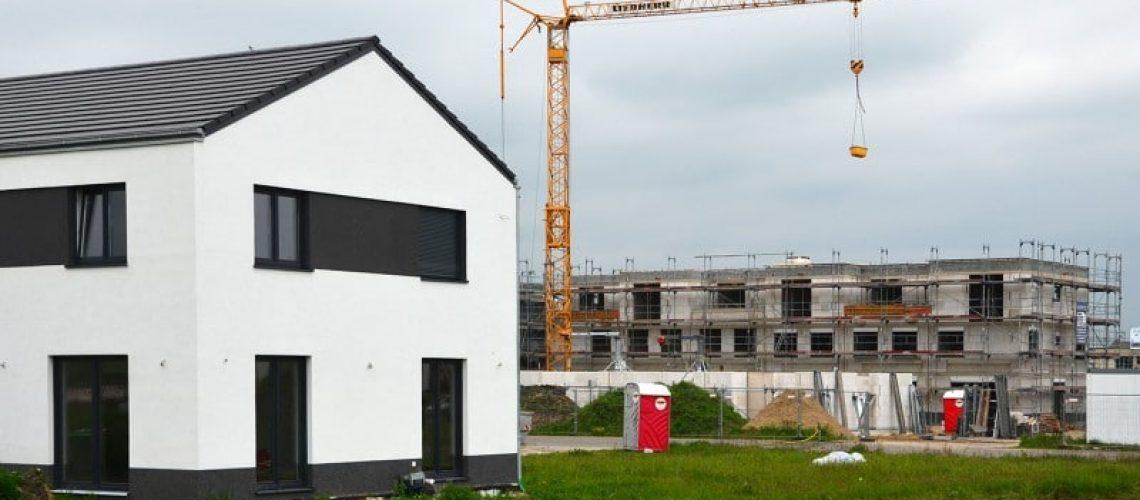Während die Zahl der genehmigten Ein- und Zweifamilienhäuser im ersten Quartal 2016 leicht steigt, werden weniger Wohnungen im Geschosswohnungsbau genehmigt. Bild: Friedhelm Feldhaus