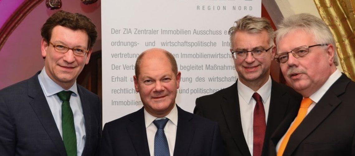 Scholz beim ZIA Nord mit dem neuen Vorstandssprecher Christoph Schumacher, UIRE (l.), seinem Vorgänger Andreas Wende und ZIA-Präsident Andreas Mattner (r.). Bild: Feldhaus