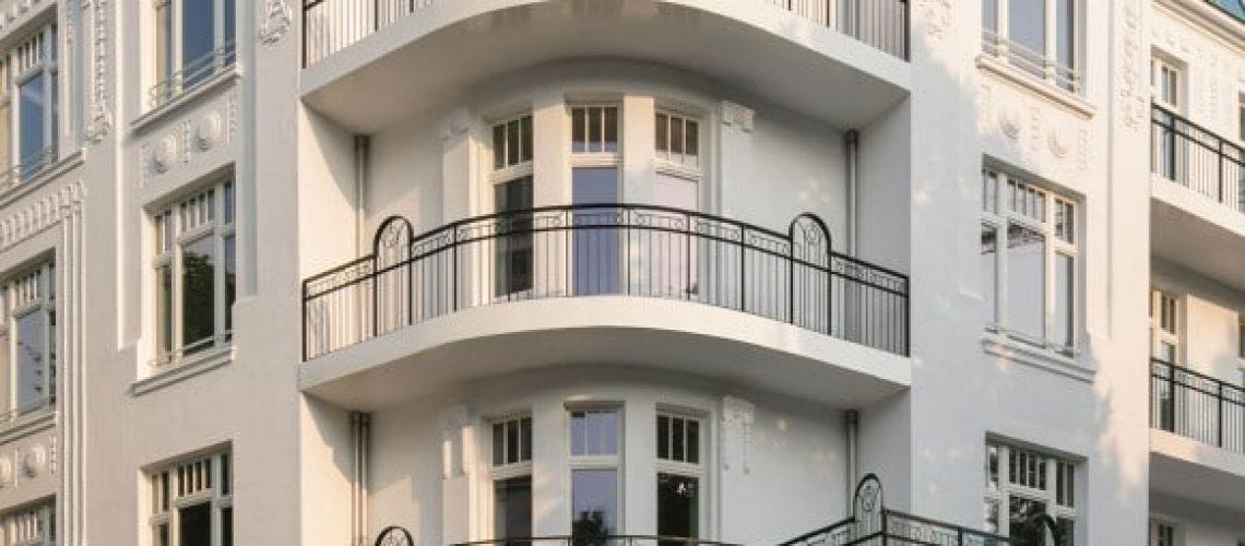 Hinter der 110 Jahre alten Fassade ist im 1. Bauabschnitt ein nahezu vollständig neues Gebäude mit 20 Wohnungen entstanden. Der 2. Bauabschnitt mit 25 Wohnungen ist aktuell im Rohbau. Bild: Apartimentum
