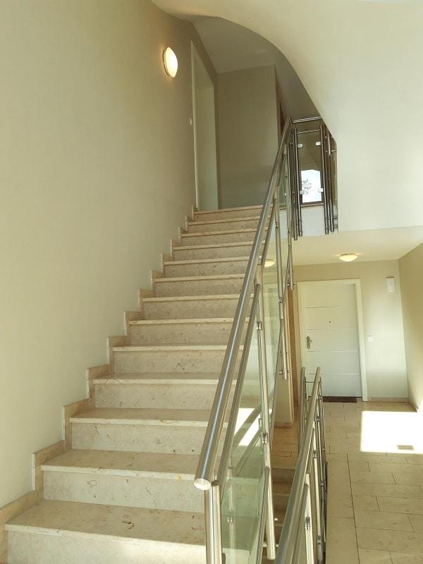 Moderne 3 Zimmer Wohnung mit Balkon - Treppenhaus