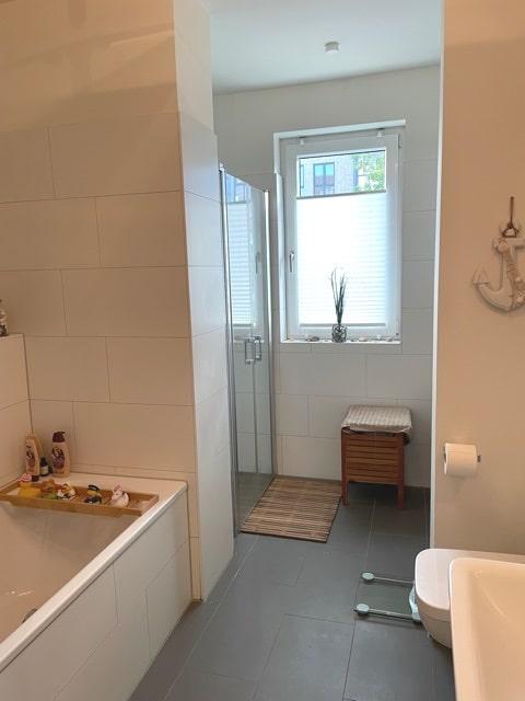 Wohnen im Grünen mit schöner Terrasse und eigenem Garten! - Badezimmer