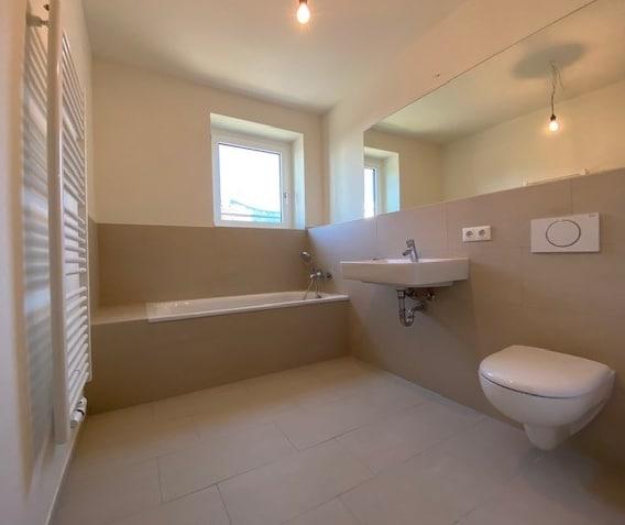 Anklicken, Besichtigen, Anmieten! Schicke Wohnung für eine kleine Familie! - Badezimmer