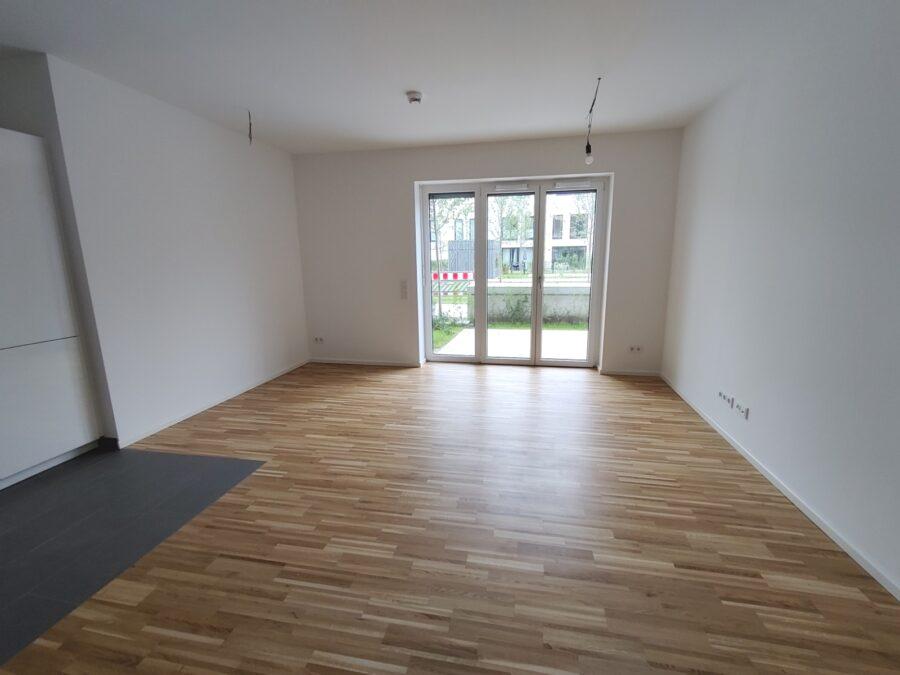 Kompakte 2 Zimmer Wohnung mit Garten! - Wohnzimmer