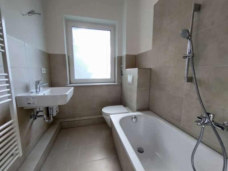 Moderne 3 Zimmer Wohnung in ruhiger Lage! - Badezimmer mit Badewanne